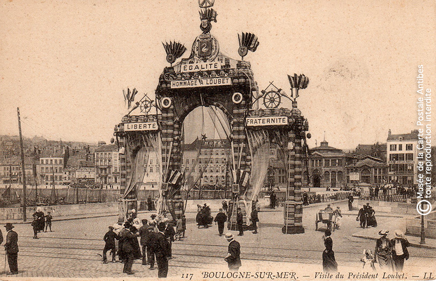 Carte postale représentant un arc de triomphe pour le Président Loubet à Boulogne-sur-Mer, issue de l'exposition temporaire sur les Arcs de triomphe au Musée de la Carte Postale.
