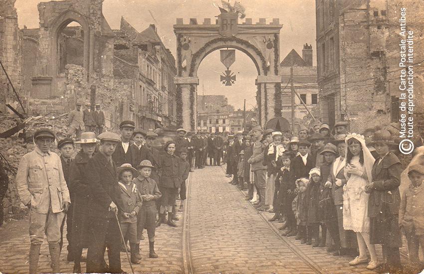 Carte postale représentant un arc de triomphe, issue de l'exposition temporaire sur les Arcs de triomphe au Musée de la Carte Postale.