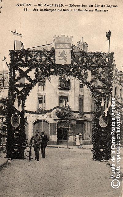Carte postale représentant un arc de triomphe militaire à Autun, issue de l'exposition temporaire sur les Arcs de triomphe au Musée de la Carte Postale.