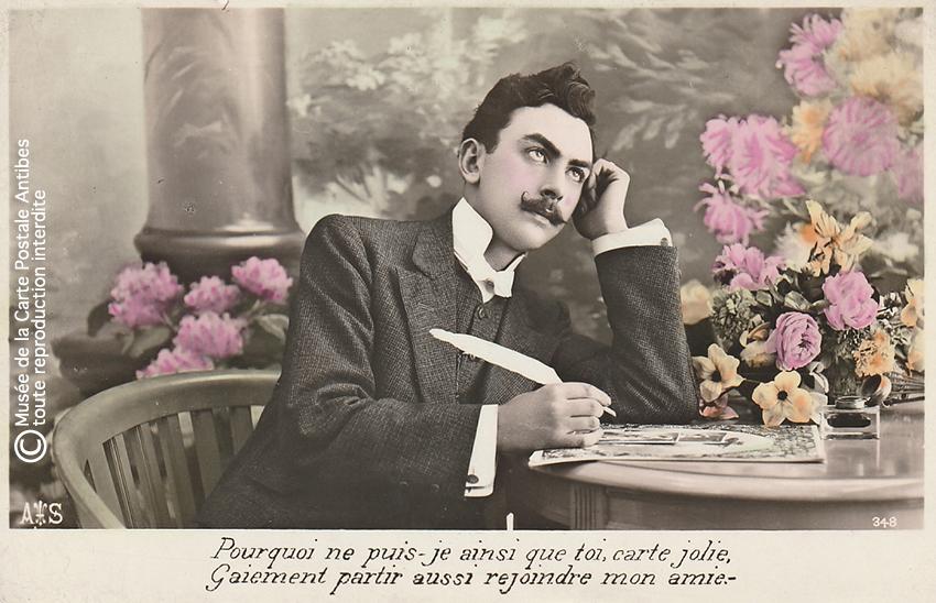 Carte postale illustrant la correspondance, représentant un homme en train d'écrire des cartes postales.