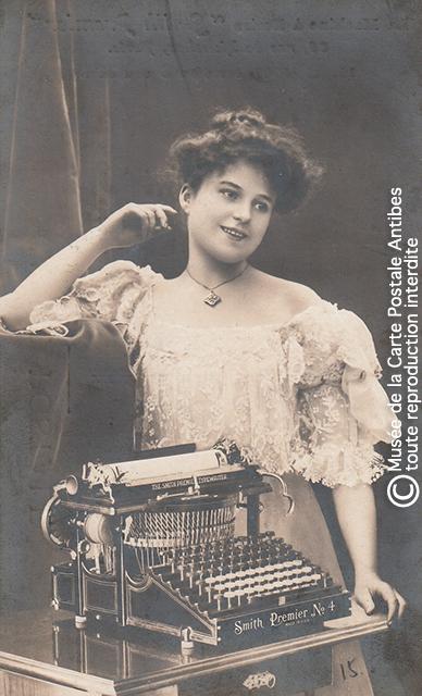 Carte postale publicitaire représentant une machine à écrire Smith Premier issue de notre exposition sur la sténodactylographie.