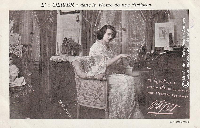 Carte postale représentant une machine à écrire L'Oliver avec l'actrice Mistinguett issue de notre exposition sur la sténodactylographie.
