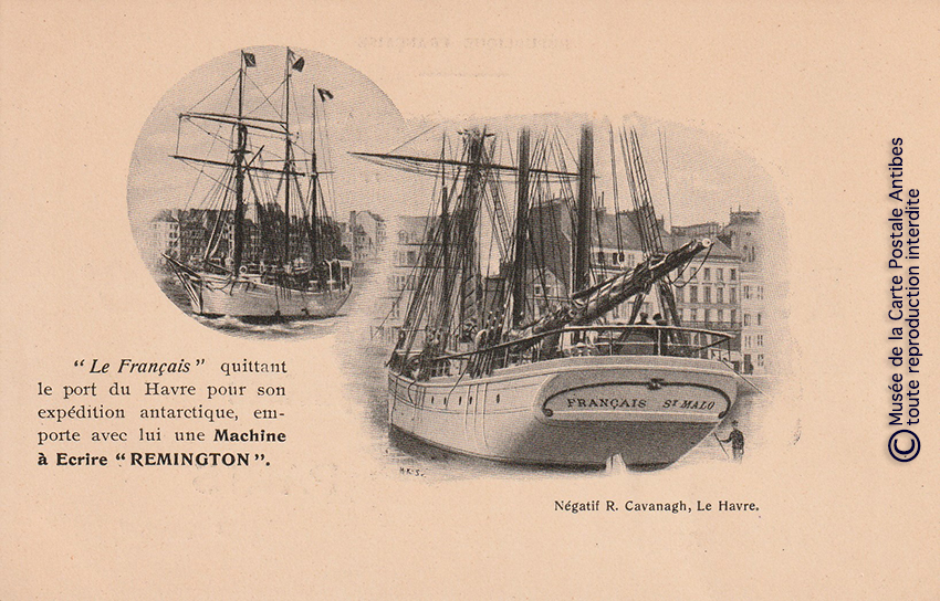 Carte postale représentant une machine à écrire Remington sur un voilier, issue de notre exposition sur la sténodactylographie.