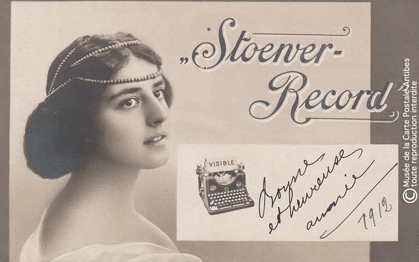 Carte postale représentant une machine à écrire Stoewer Record issue de notre exposition sur la sténodactylographie.