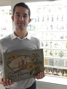 Sébastien conseiller technique au Musée de la Carte Postale, à Antibes.