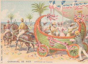 Carte postale ancienne représentant une bataille de fleurs et un char fleuri du Carnaval de Nice, issue des réserves du Musée de la Carte Postale situé à Antibes.