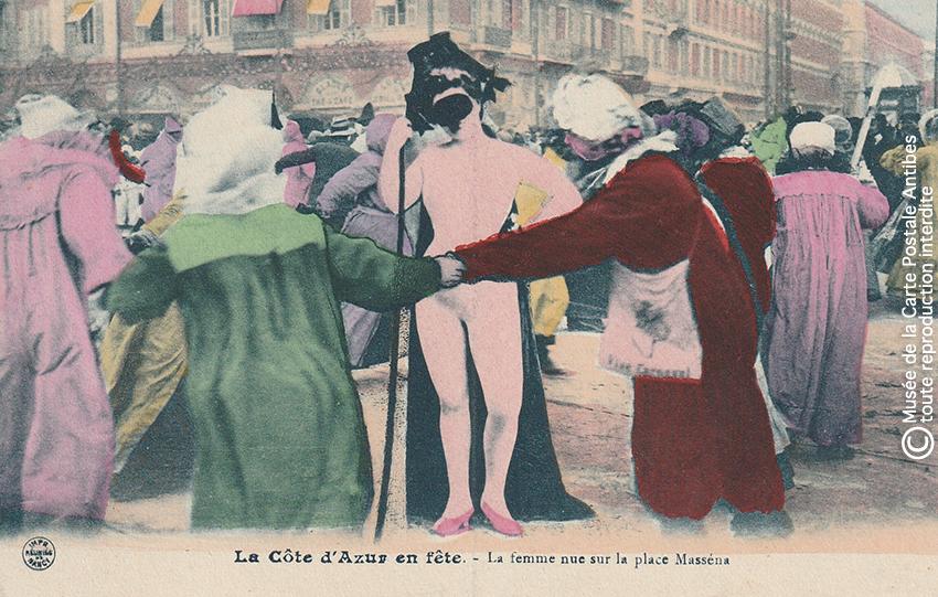 Carte postale ancienne représentant le personnage de la femme nue sur la Place Masséna lors du Carnaval de Nice, issue des réserves du Musée de la Carte Postale situé à Antibes.