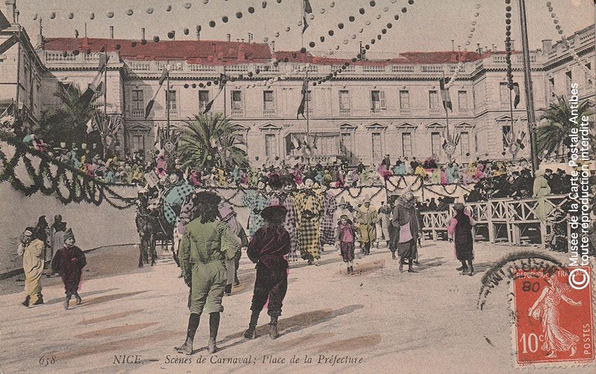 Carte postale ancienne représentant la Place de la Préfecture lors du Carnaval de Nice, issue des réserves du Musée de la Carte Postale situé à Antibes.
