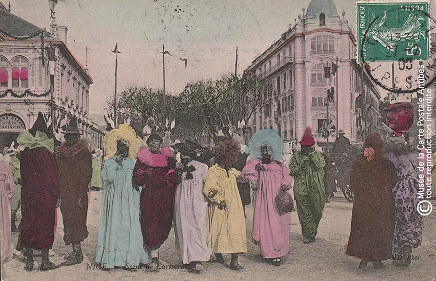 Carte postale ancienne représentant des personnes déguisée et une grosse tête au Carnaval de Nice, issue des réserves du Musée de la Carte Postale situé à Antibes.