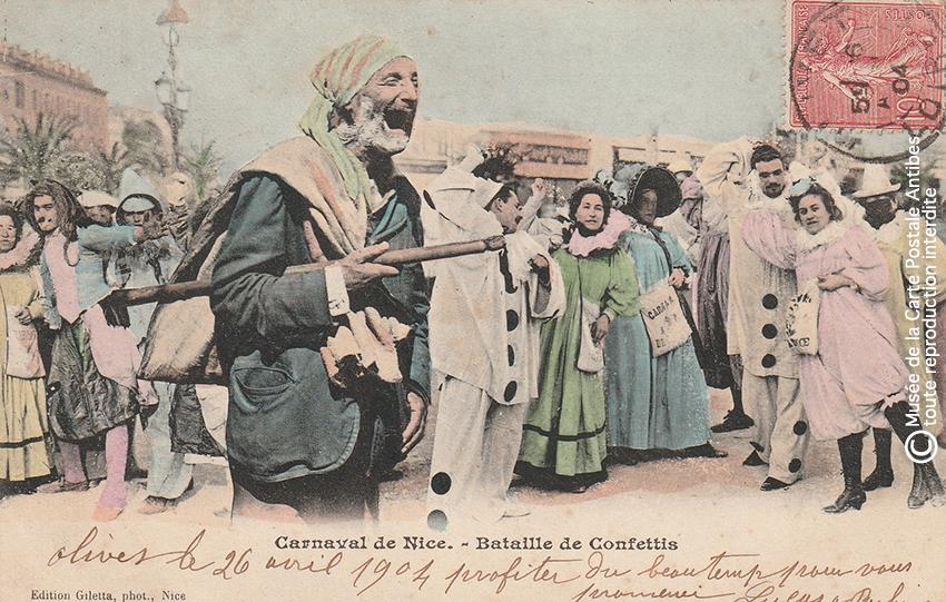 Carte postale ancienne représentant une bataille de confetti au Carnaval de Nice, issue des réserves du Musée de la Carte Postale situé à Antibes.