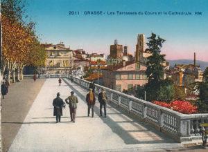 Carte postale ancienne montrant les terrasses du cours et la cathédrale de Grasse.