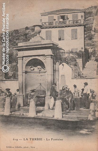 Carte postale ancienne représentant la fontaine de La Turbie.