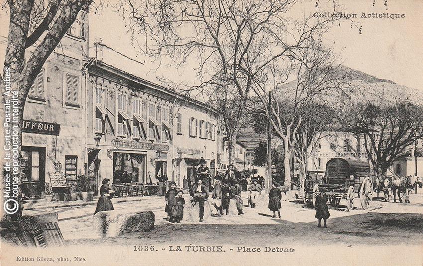 Carte postale ancienne représentant la place Detras de La Turbie.