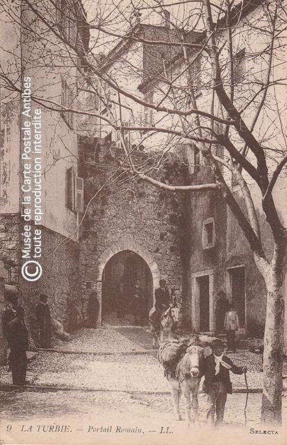 Carte postale ancienne représentant la vieille porte de la ville de La Turbie, aussi appelée portail romain.