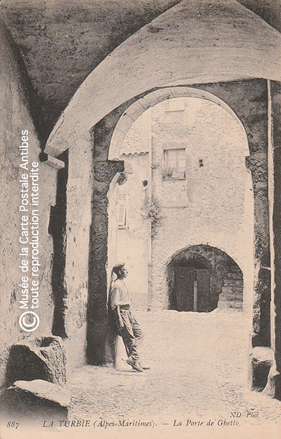 Carte postale ancienne représentant la porte ghetto de La Turbie.