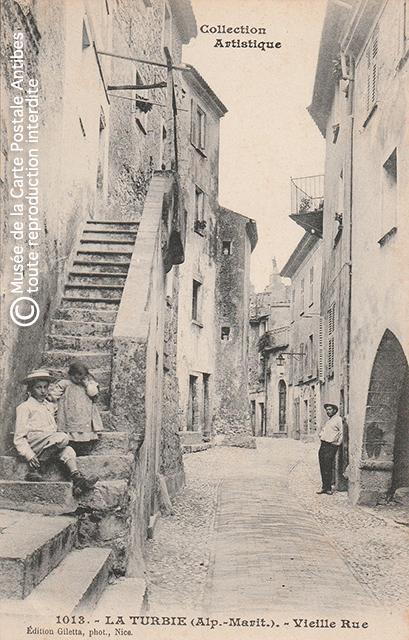 Carte postale ancienne représentant une vieille rue de La Turbie.