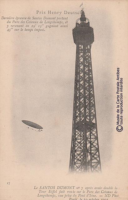 Carte postale ancienne représentant le ballon dirigeable de Santos Dumont au prix Henry Deutsch passant devant la Tour Eiffel.