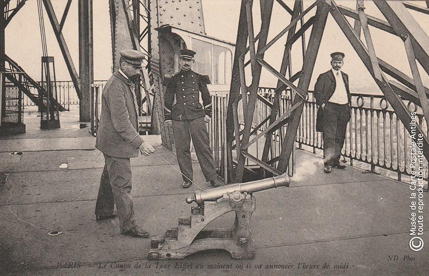 Carte postale ancienne représentant le canon de la Tour Eiffel sonnant l'heure de midi.