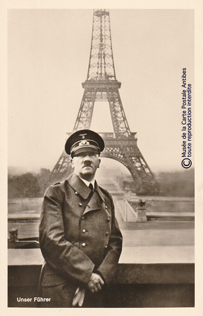 Carte postale ancienne représentant le Führer devant la Tour Eiffel.
