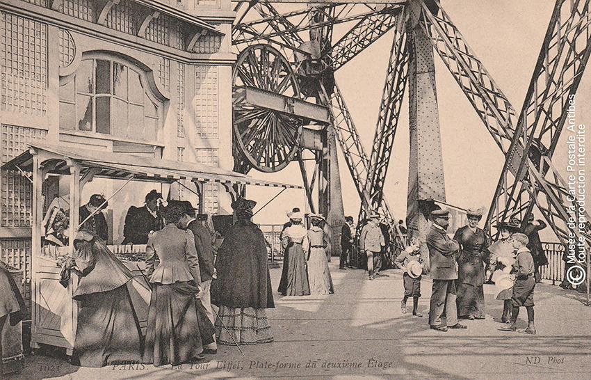 Carte postale ancienne représentant la plateforme du deuxième étage de la Tour Eiffel.