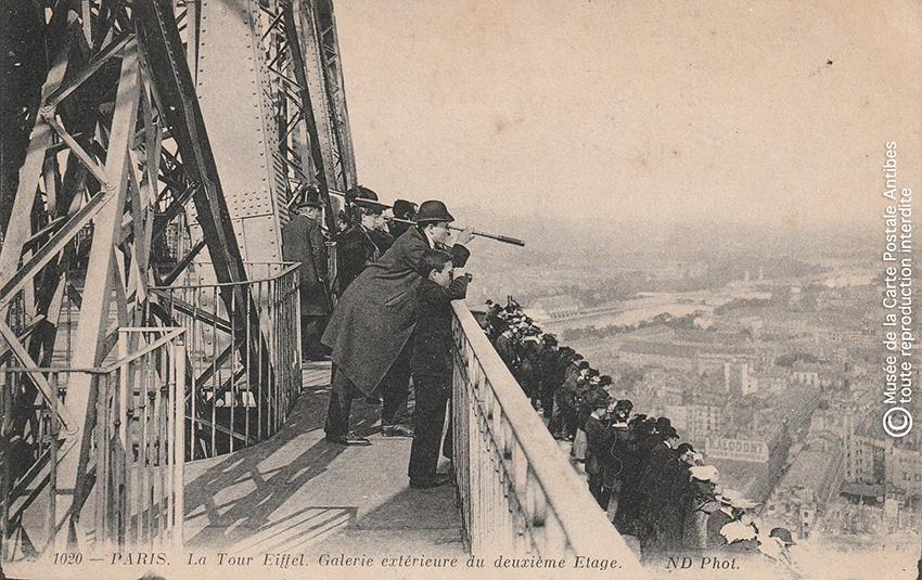 Carte postale ancienne représentant la galerie extérieure du deuxième étage de la Tour Eiffel.