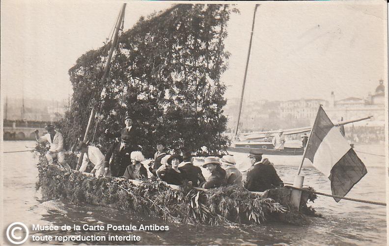 Carte postale ancienne représentant une barque fleurie du carnaval de Cannes, issue des réserve du musée de la carte postale, à Antibes.