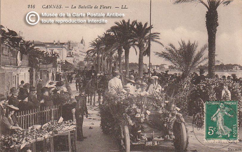 Carte postale ancienne représentant la bataille de fleur du carnaval de Cannes, issue des réserve du musée de la carte postale, à Antibes.