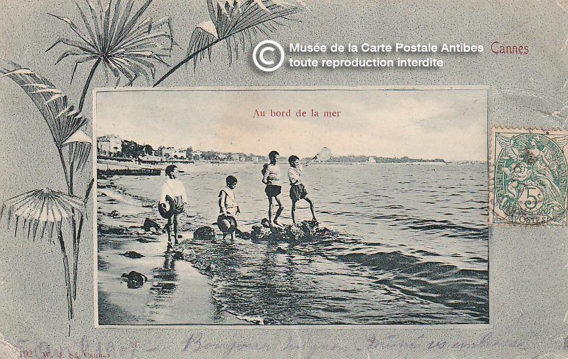 Carte postale ancienne représentant la plage sur le bord de mer à Cannes, issue des réserve du musée de la carte postale, à Antibes.