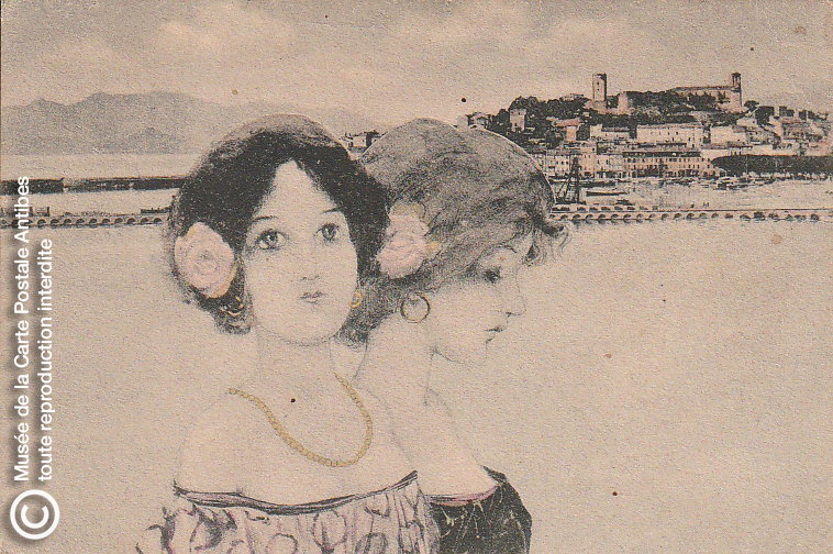 Carte postale ancienne représentant 2 femmes à Cannes, issue des réserve du musée de la carte postale, à Antibes.