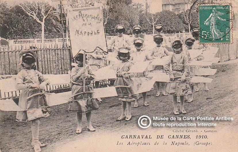 Carte postale ancienne représentant les aéroplanes de la Napoule lors du carnaval de Cannes en 1910, issue des réserve du musée de la carte postale, à Antibes.