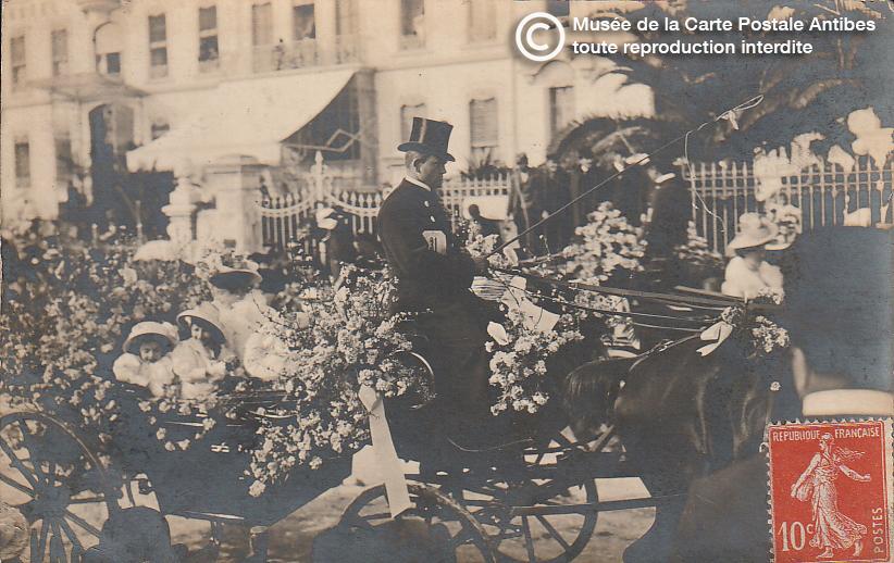 Carte postale ancienne représentant un char dans la bataille de fleur du carnaval de Cannes, issue des réserve du musée de la carte postale, à Antibes.