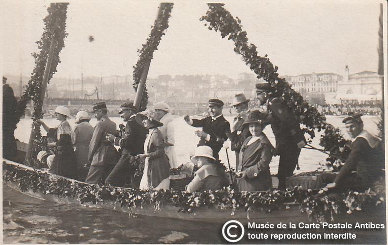 Carte postale ancienne représentant une joute fleurie du carnaval de Cannes, issue des réserve du musée de la carte postale, à Antibes.
