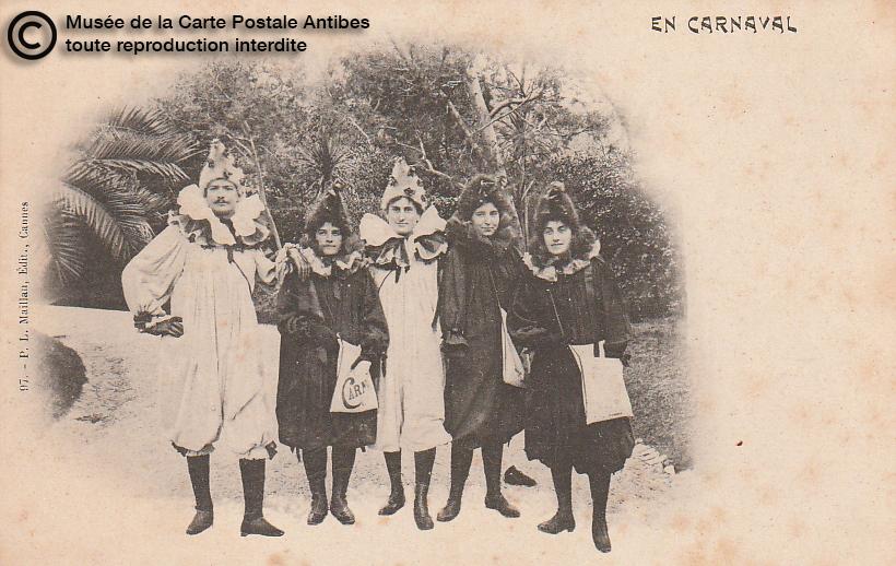 Carte postale ancienne représentant des personnes déguisées lors du carnaval de Cannes, issue des réserve du musée de la carte postale, à Antibes.