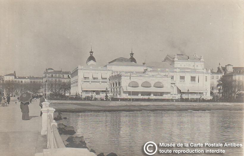 Carte postale ancienne représentant le casino municipal de Cannes, issue des réserve du musée de la carte postale, à Antibes.