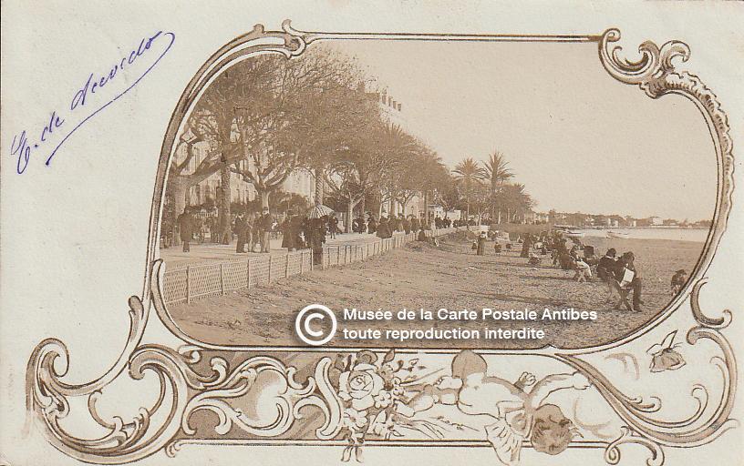 Carte postale ancienne représentant la plage le long de la croisette à Cannes, issue des réserve du musée de la carte postale, à Antibes.