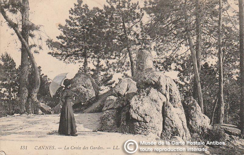 Carte postale ancienne représentant la croix des gardes à Cannes, issue des réserve du musée de la carte postale, à Antibes.