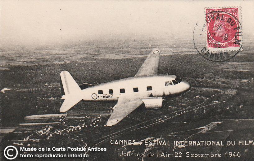 Carte postale ancienne représentant la journée de l'air en 1946, durant le premier Festival International du Film à Cannes, issue des réserve du musée de la carte postale, à Antibes.