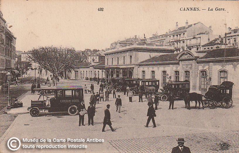 Carte postale ancienne représentant le parvis de la gare de Cannes, issue des réserve du musée de la carte postale, à Antibes.