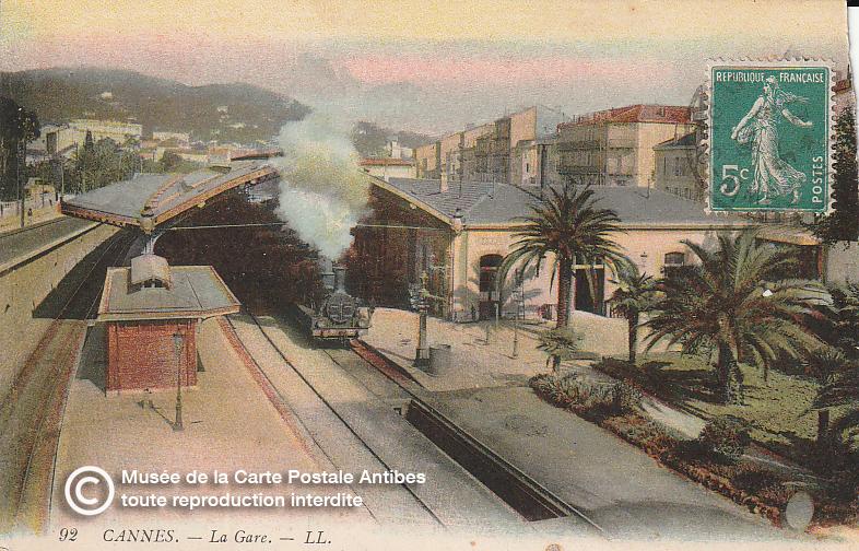 Carte postale ancienne représentantun train dans la gare de Cannes, issue des réserve du musée de la carte postale, à Antibes.