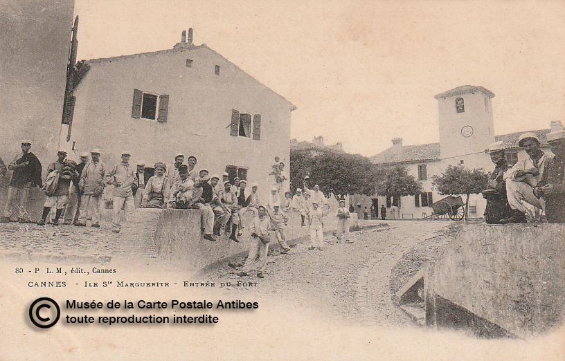 Carte postale ancienne représentant l'entrée du fort de l'île Sainte-Marguerite à Cannes pays de Lérins, issue des réserve du musée de la carte postale, à Antibes.