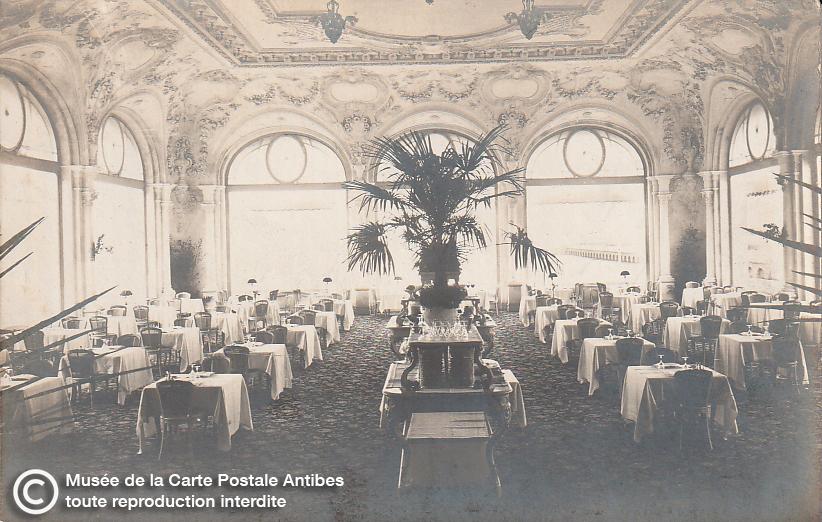 Carte postale ancienne représentant la salle de restaurant du casino municipal de Cannes, issue des réserve du musée de la carte postale, à Antibes.