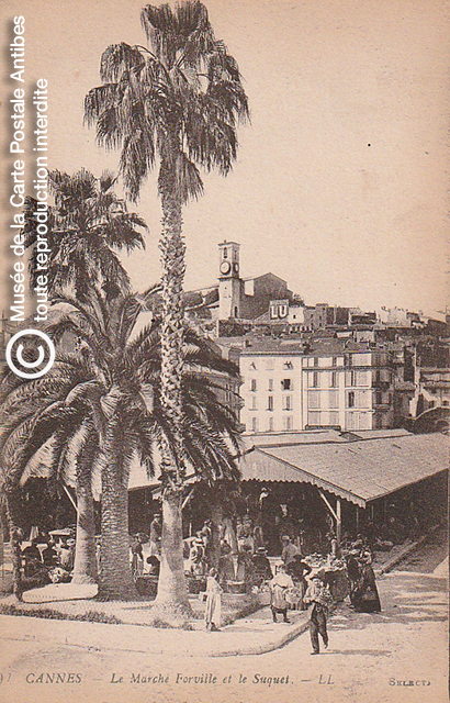 Carte postale ancienne représentant le marché Forville et le Suquet à Cannes, issue des réserve du musée de la carte postale, à Antibes.