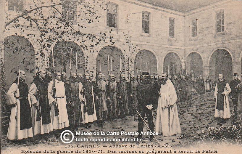 Carte postale ancienne représentant les moines de l'abbaye de Lérins Cannes, issue des réserve du musée de la carte postale, à Antibes.