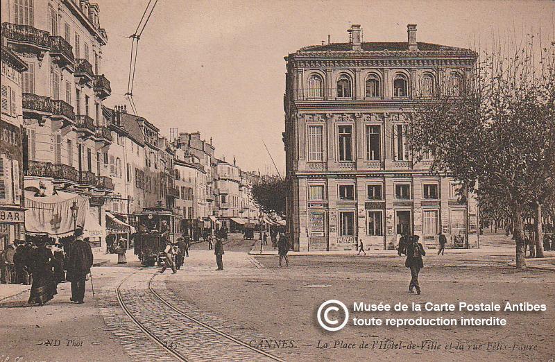 Carte postale ancienne représentant la place de l'Hôtel de ville et la rue Felix Faure à Cannes, issue des réserve du musée de la carte postale, à Antibes.