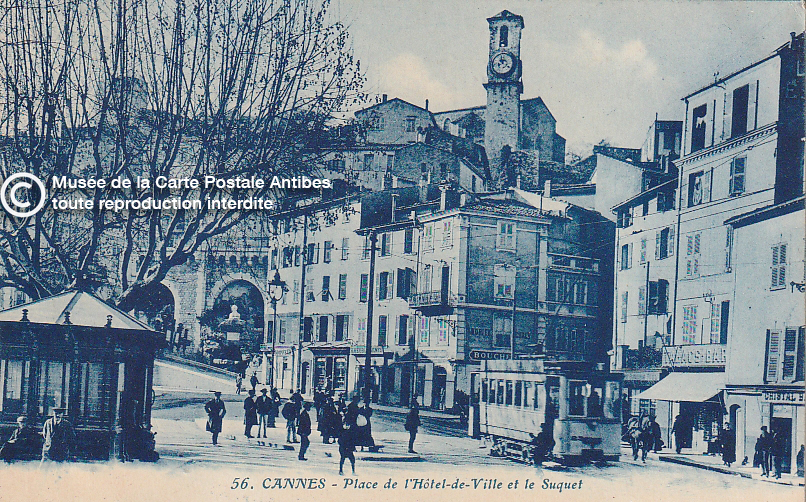 Carte postale ancienne représentant la place de l'Hôtel de ville et le Suquet à Cannes, issue des réserve du musée de la carte postale, à Antibes.