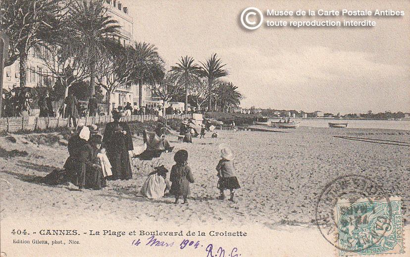 Carte postale ancienne représentant la plage sur le boulevard de la croisette à Cannes, issue des réserve du musée de la carte postale, à Antibes.