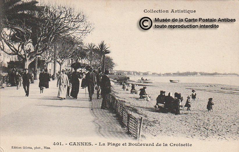 Carte postale ancienne représentant la plage du boulevard de la croisette à Cannes, issue des réserve du musée de la carte postale, à Antibes.