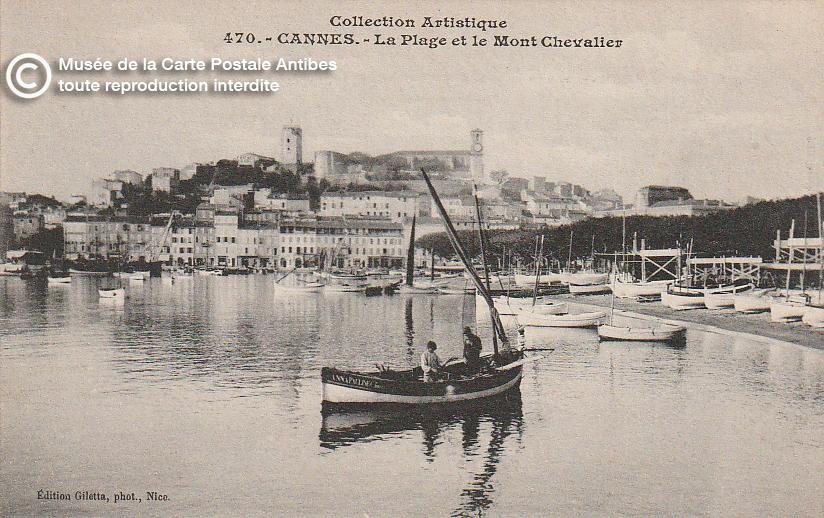 Carte postale ancienne représentant la plage du Mont Chevalier à Cannes, issue des réserve du musée de la carte postale, à Antibes.