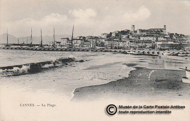 Carte postale ancienne représentant la plage à Cannes, issue des réserve du musée de la carte postale, à Antibes.