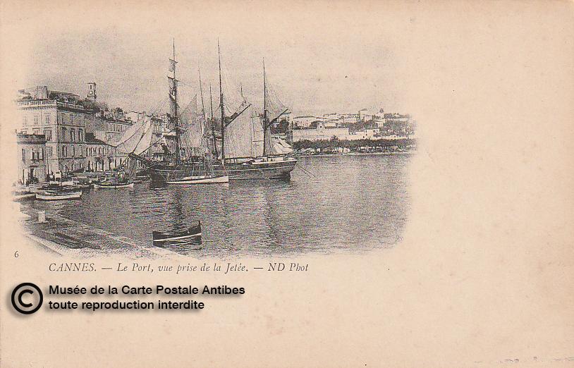 Carte postale ancienne représentant la jetée et le port de Cannes, issue des réserve du musée de la carte postale, à Antibes.